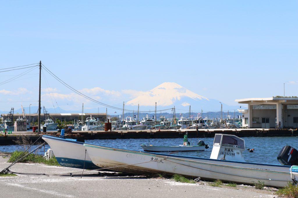 富津漁港から富士山を望む