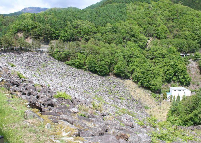 広瀬ダム下流側の堤体
