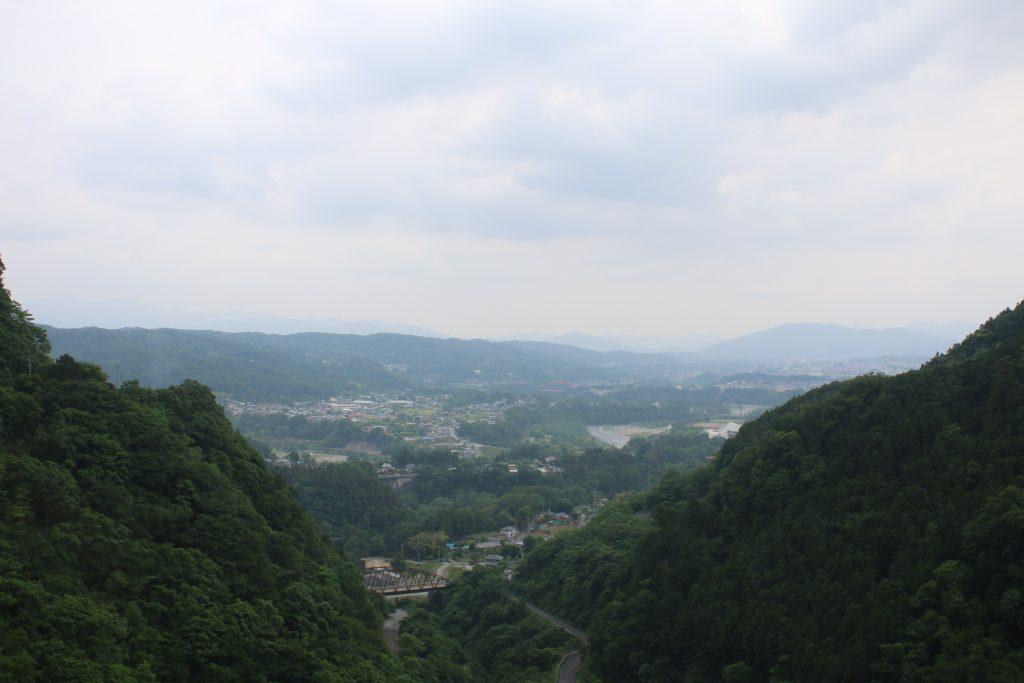 浦山ダムから市街と武尊方面を望む