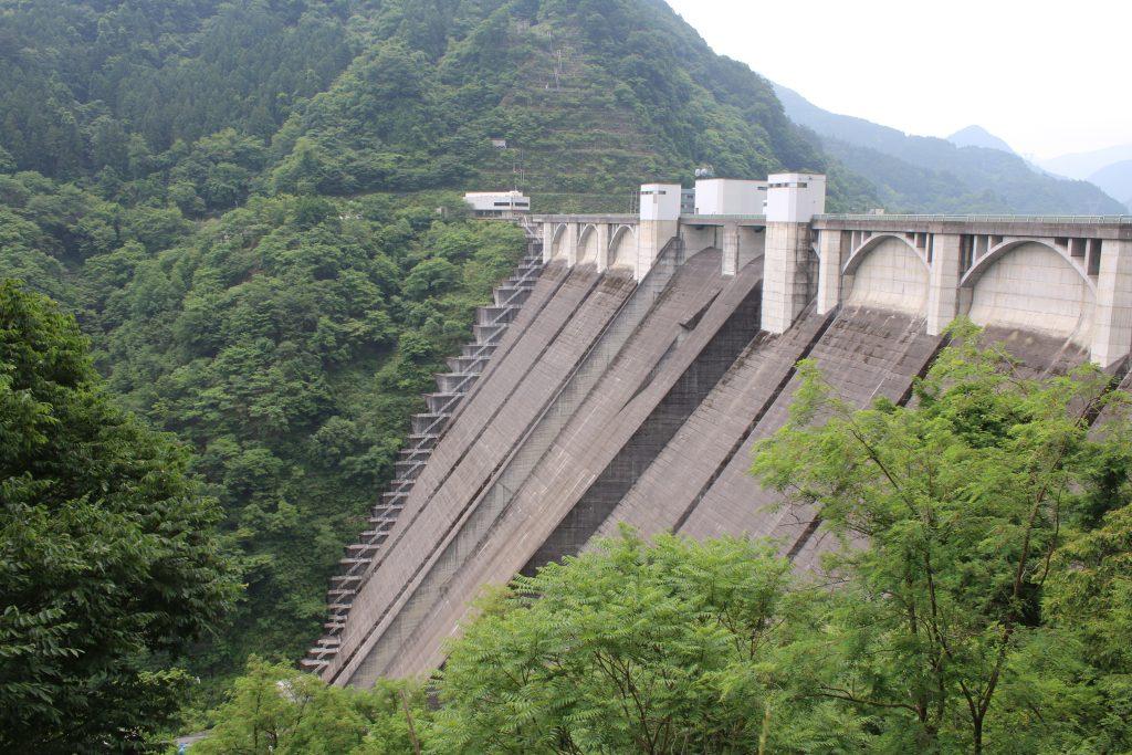 浦山ダムの堤体を側面から望む