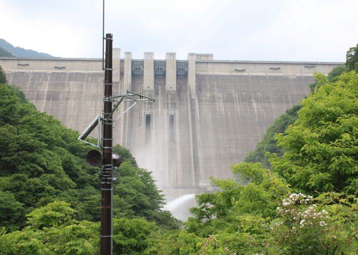 放流中の滝沢ダムを下流側から望む