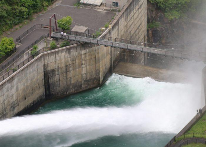 つり橋と放水と人