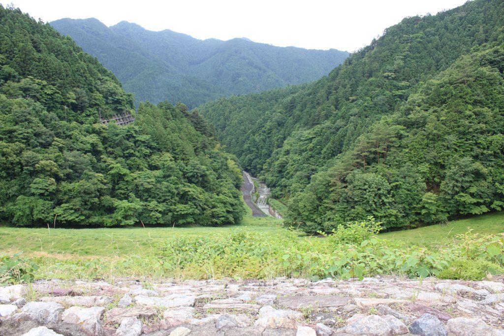 有間ダムの堤体と下流側
