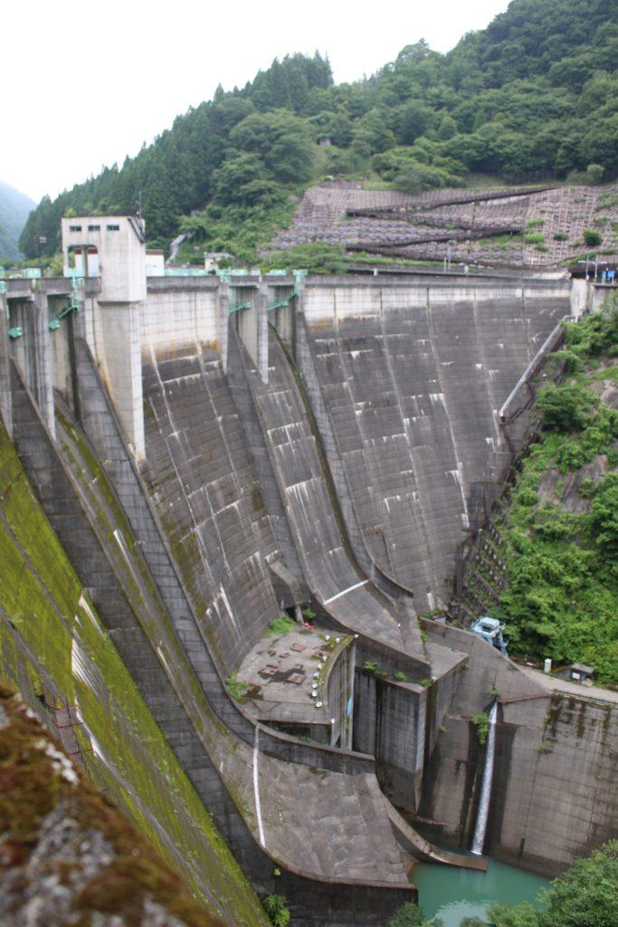 二瀬ダムの堤体を右岸から望む