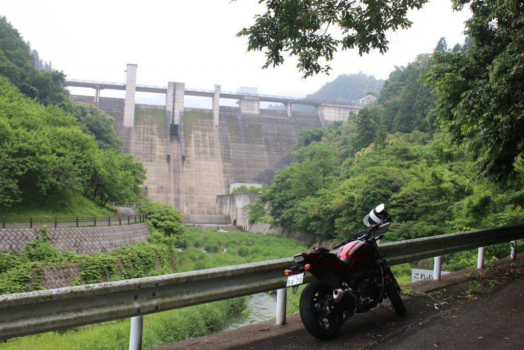 吉田元気村の手前から合角ダムを望む