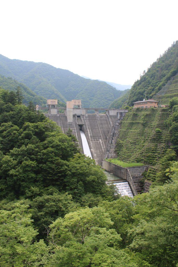 深城ダムの常用洪水吐と減勢工