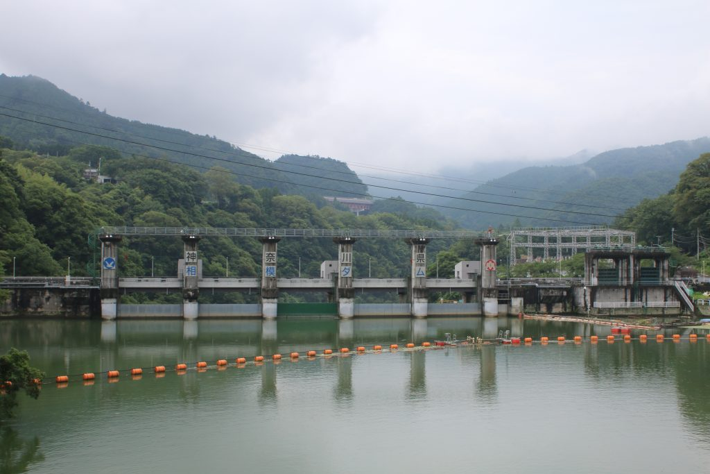 相模ダム上流から堤体と変電所を望む