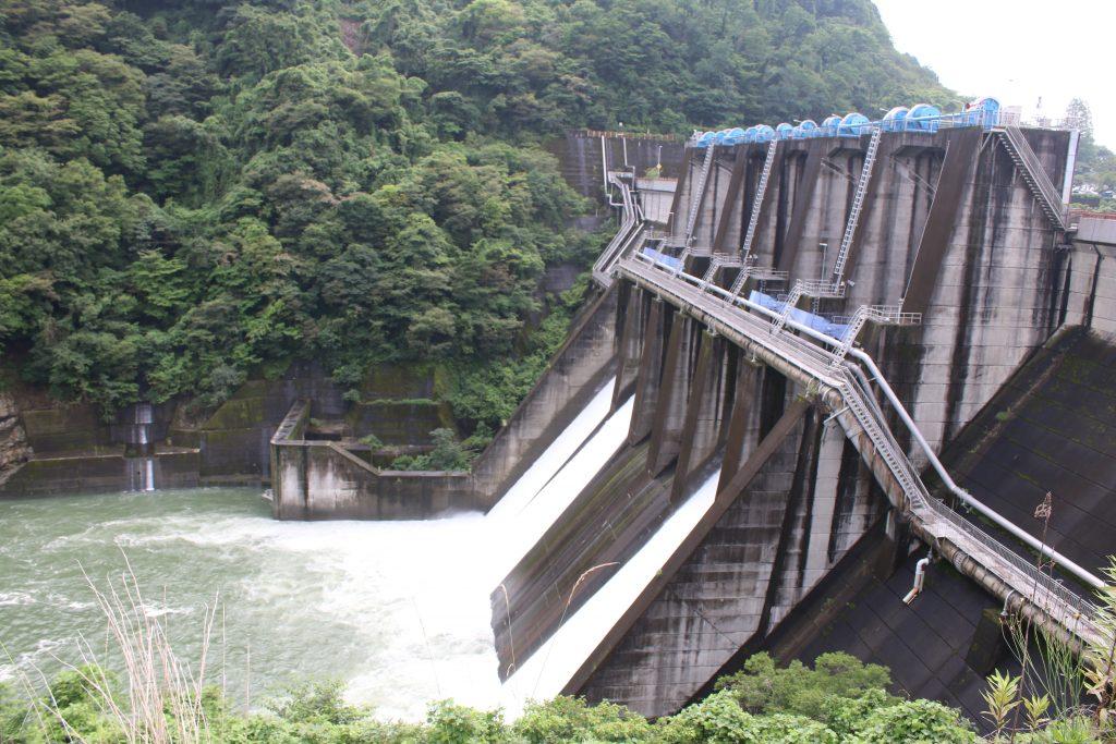 城山ダム下流側から全景