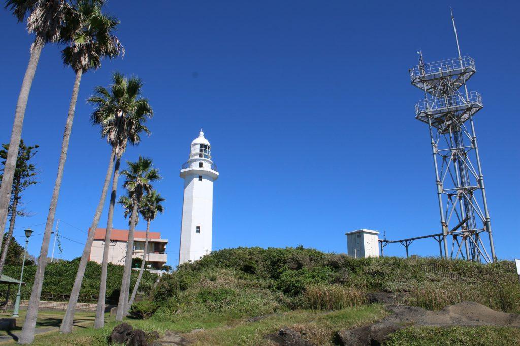 野島埼灯台とアンテナ施設