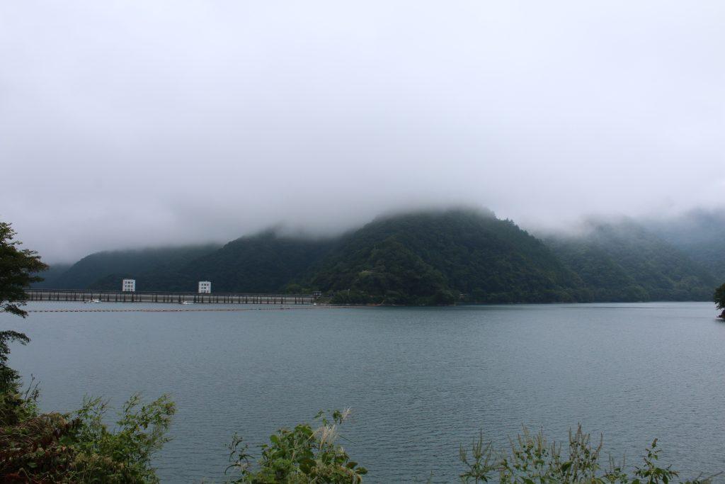 霧に煙る奥多摩湖と御前山