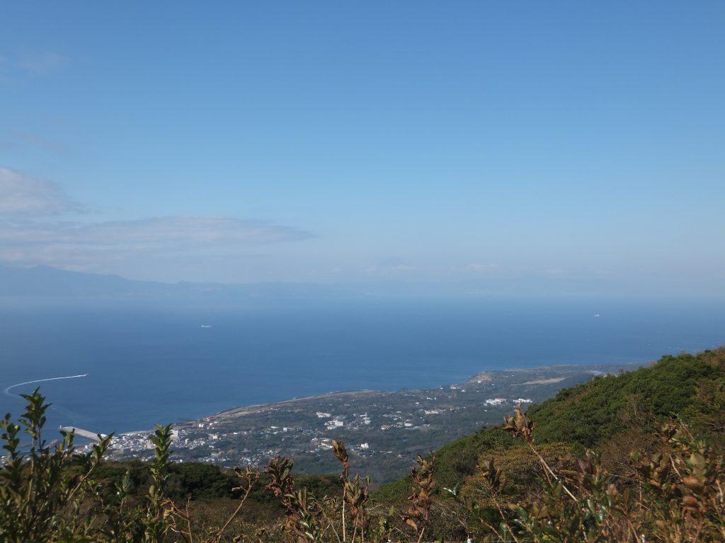 三原山山頂口展望台から元町を望む(2017年11月)