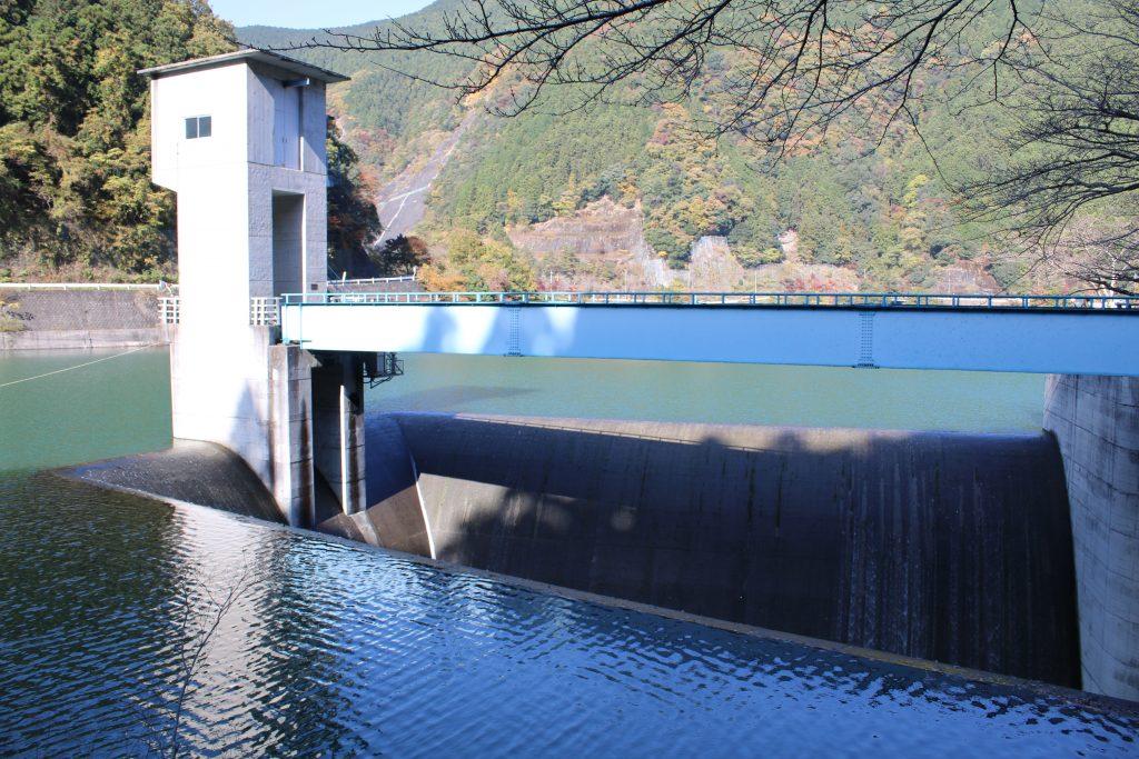 有間ダムの洪水吐近くから(2020年11月)