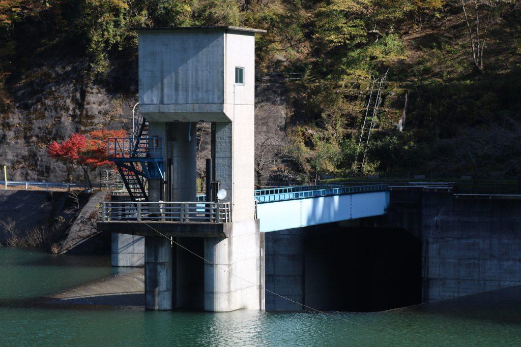 対岸から有間ダムの洪水吐(2020年11月)