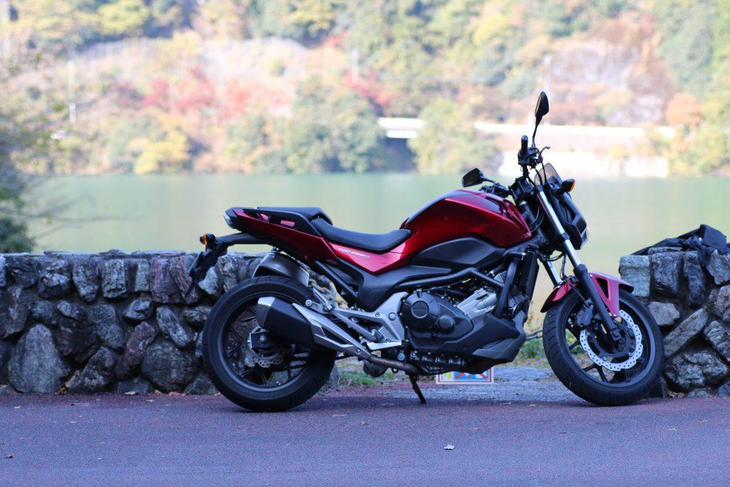 名栗湖をバックにNC750S(2020年11月)