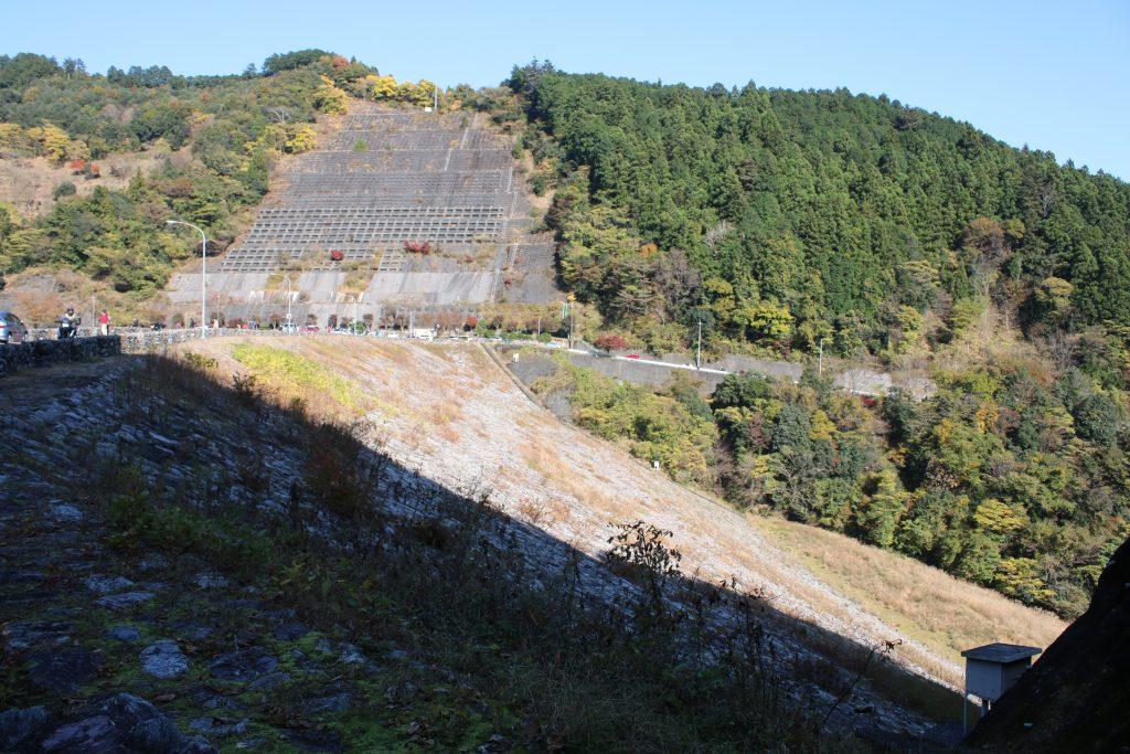 有間ダムの堤体(2020年11月)