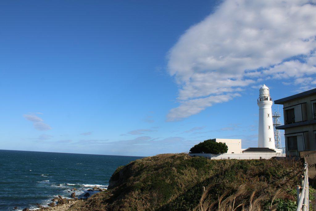 到着した駐車場から灯台を望む(2020年11月)