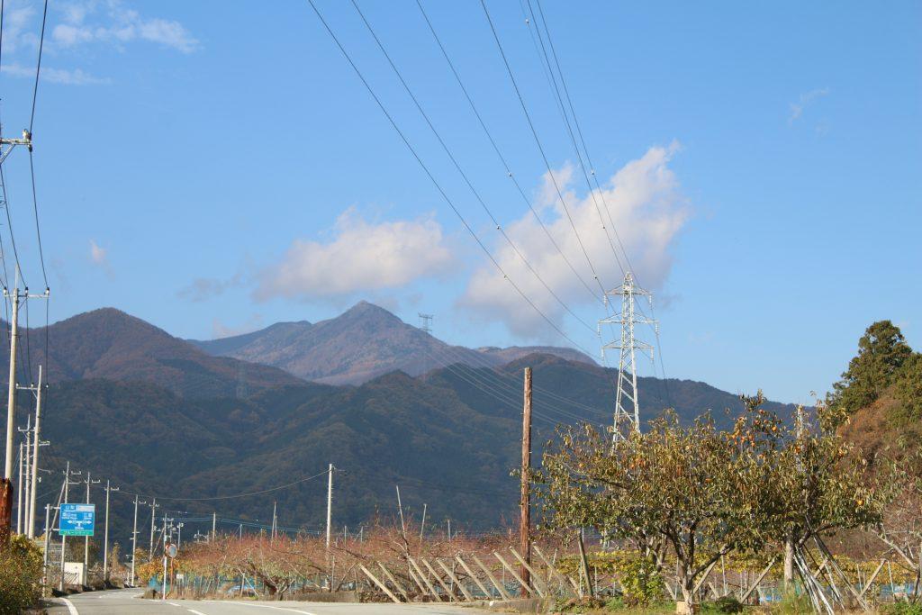 フルーツラインから北奥千丈岳を望む(2020年11月)
