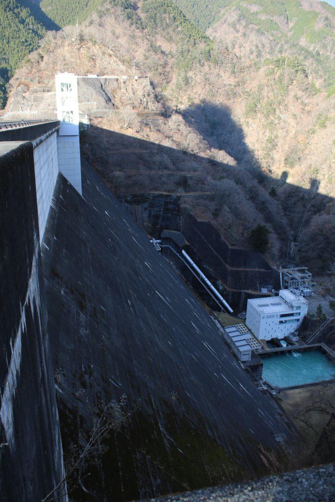 小河内ダムの堤体(2020年12月)