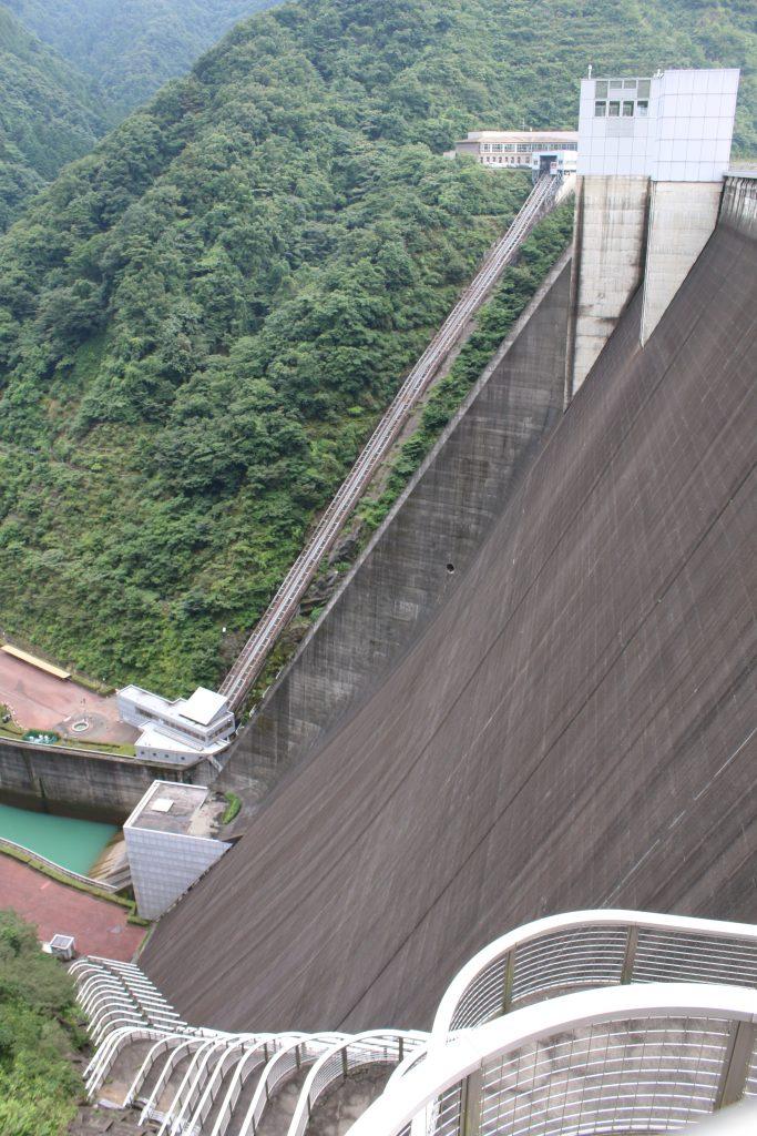 宮ケ瀬ダム堤体を左岸側から望む(2020年8月)