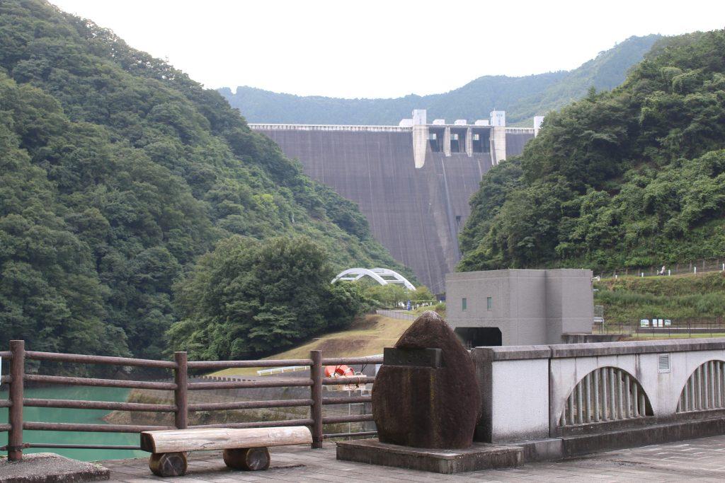 石小屋ダムから宮ケ瀬ダムを望む(2020年8月)