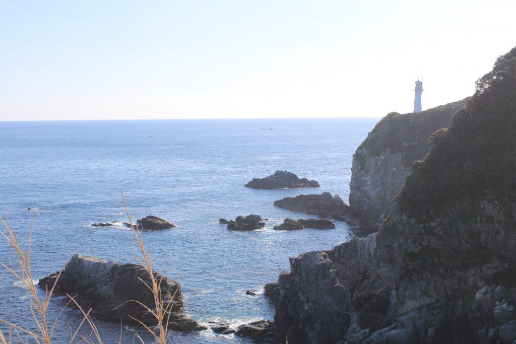天狗の鼻から見る足摺岬灯台(2020年12月)