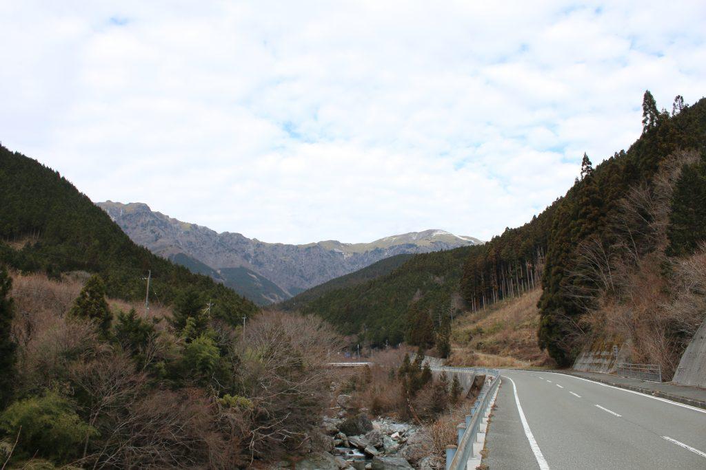 国道194号から見る笹ヶ峰と寒風山(2020年12月)