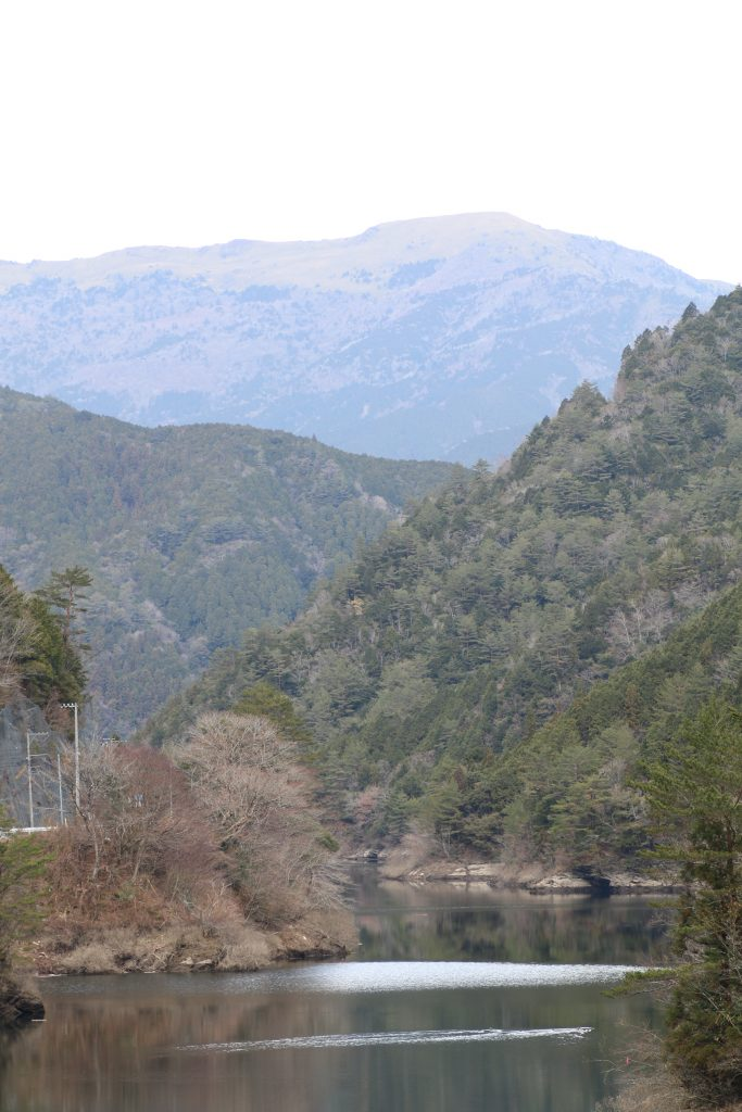 大橋貯水池から笹ヶ峰を望む(2020年12月)