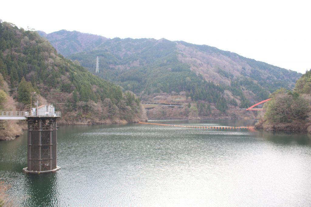 大橋貯水池を堰堤天端から望む(2020年12月)