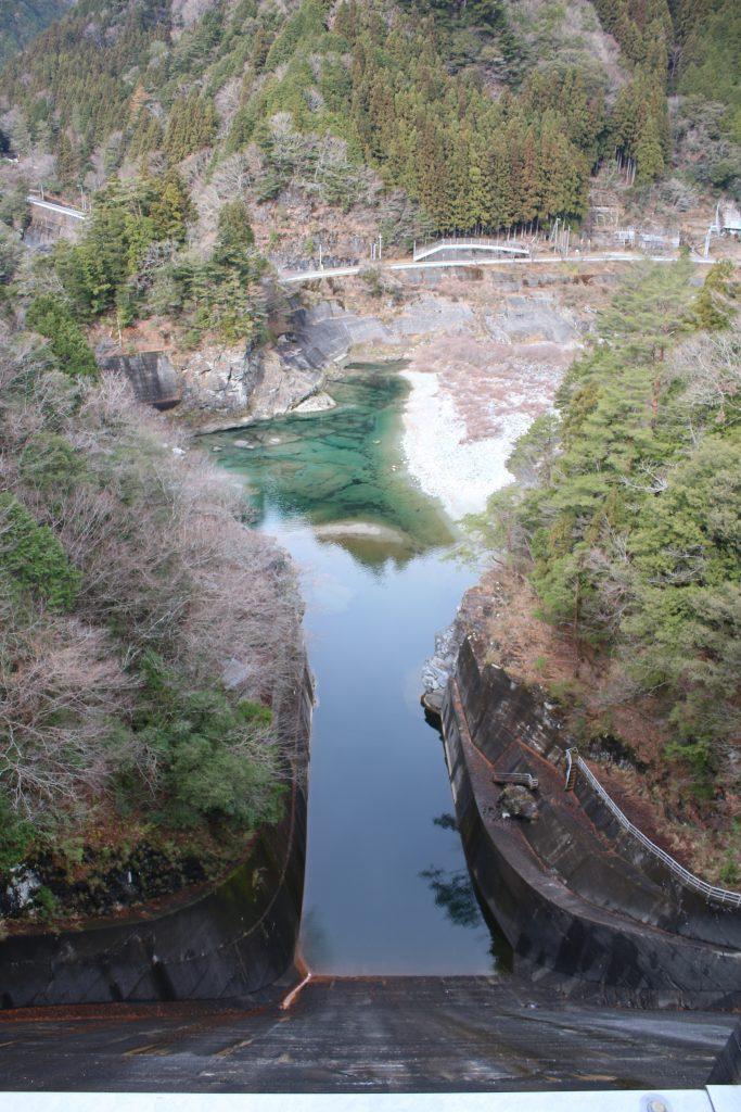 大橋ダム天端から下流を望む(2020年12月)