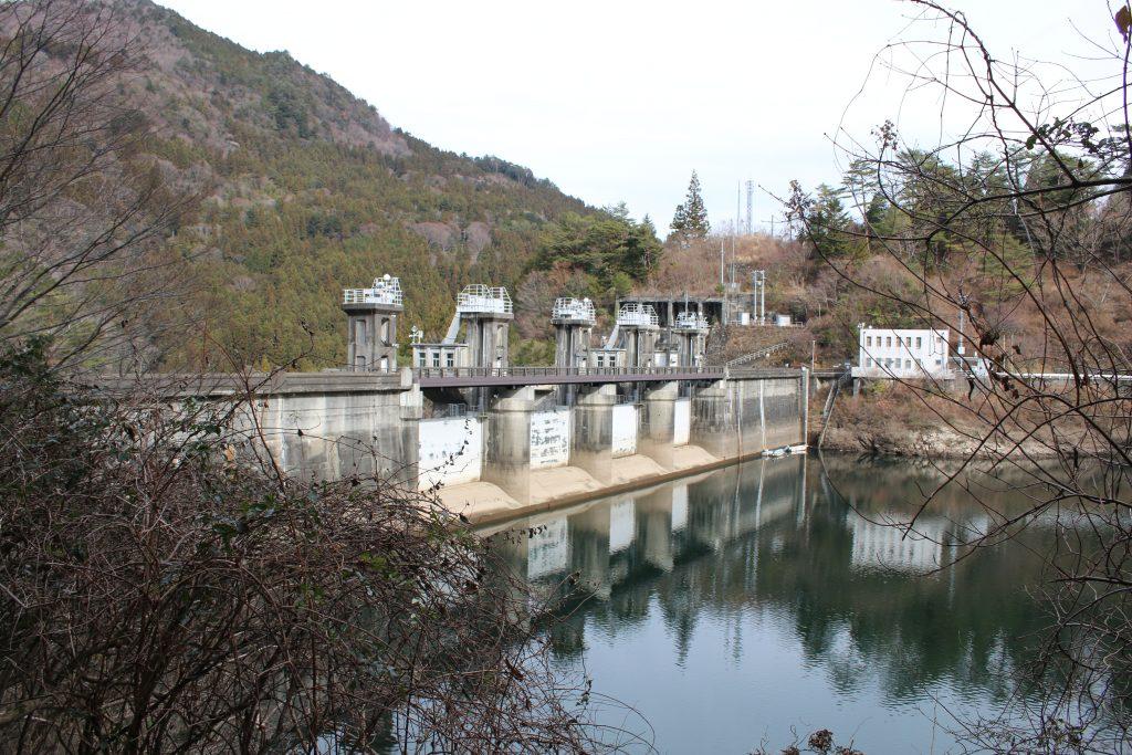 大橋ダムの堤体を上流左岸から望む(2020年12月)