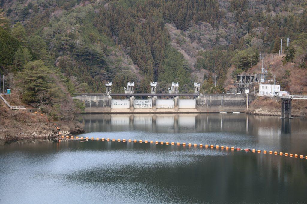 上流から大橋ダム堤体を望む(2020年12月)