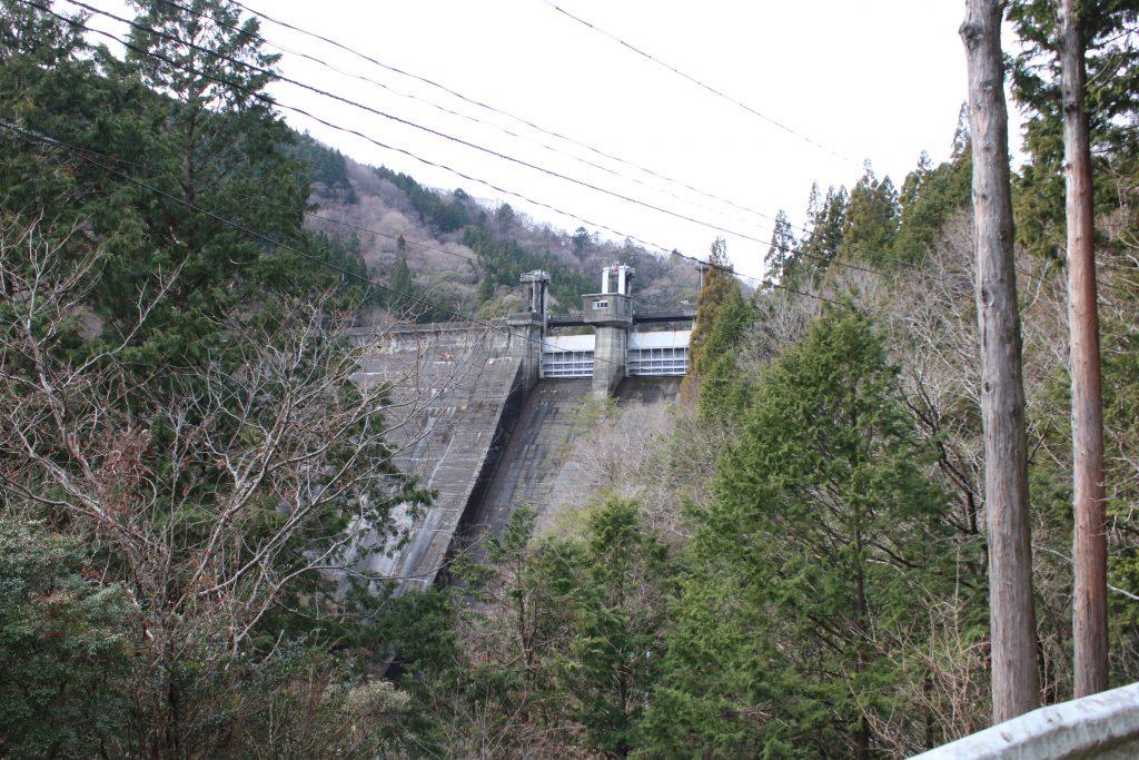 県道40号から長澤ダムを望む(2020年12月)