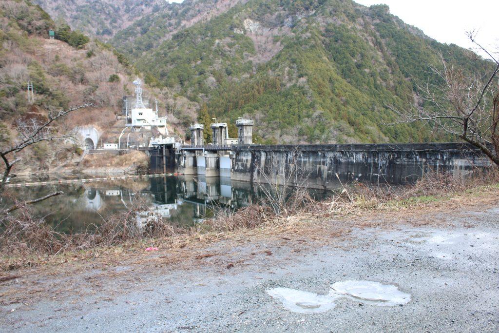長沢貯水池と凍った水たまり(2020年12月)