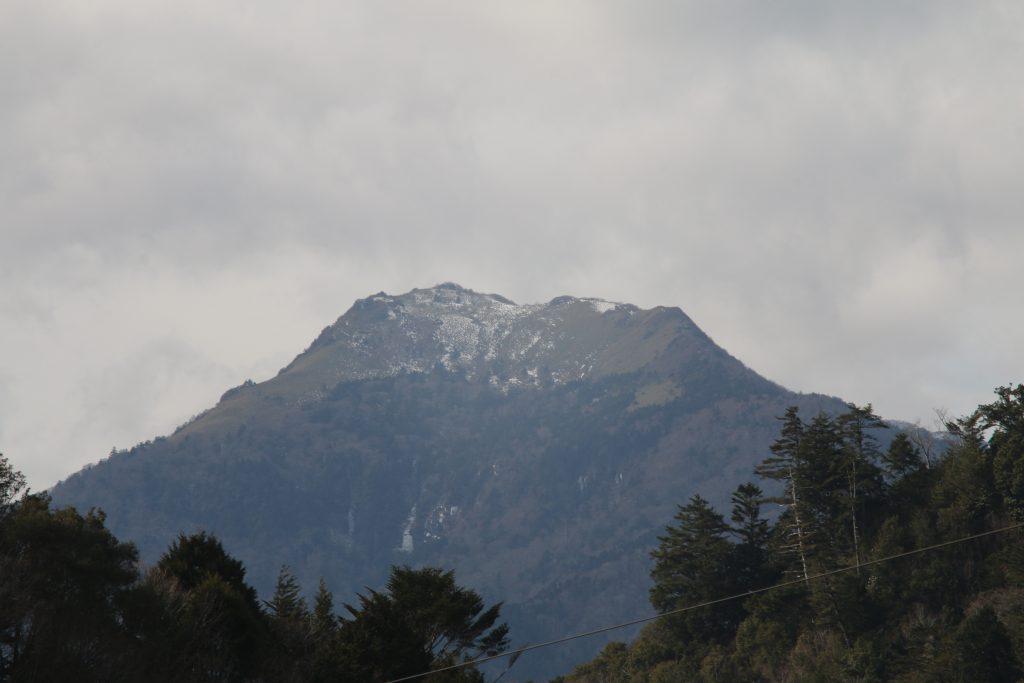 長沢ダム天端から見る伊吹山(2020年12月)