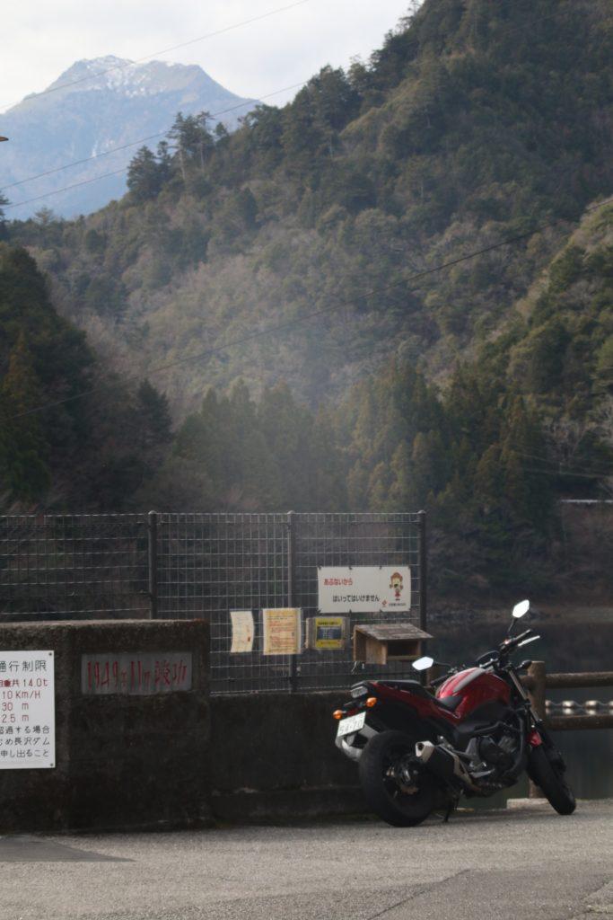 伊吹山(四国)と長沢貯水池、NC750S(2020年12月)