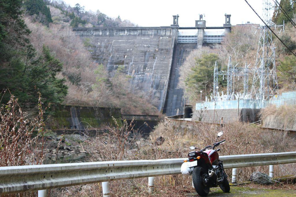 長沢ダムと送電設備(2020年12月)
