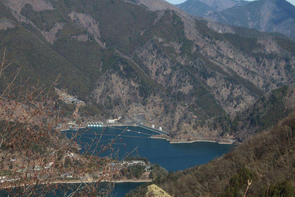 月夜見第1駐車場から小河内ダムを望む(2021年1月)