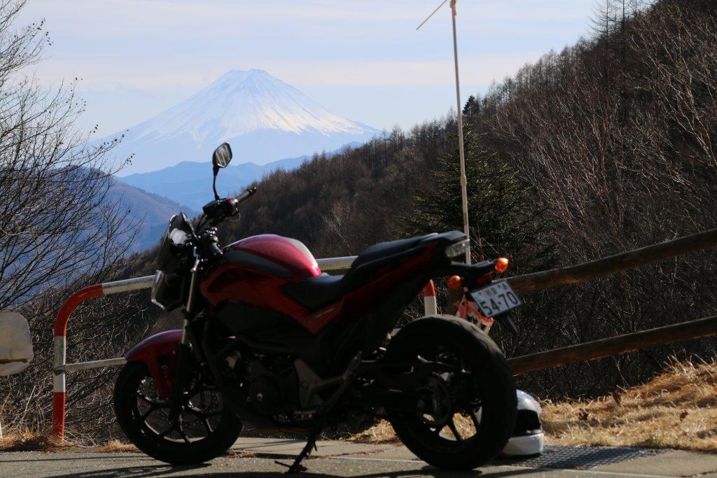 柳沢峠で富士山をバックにNC750S(2021年2月)
