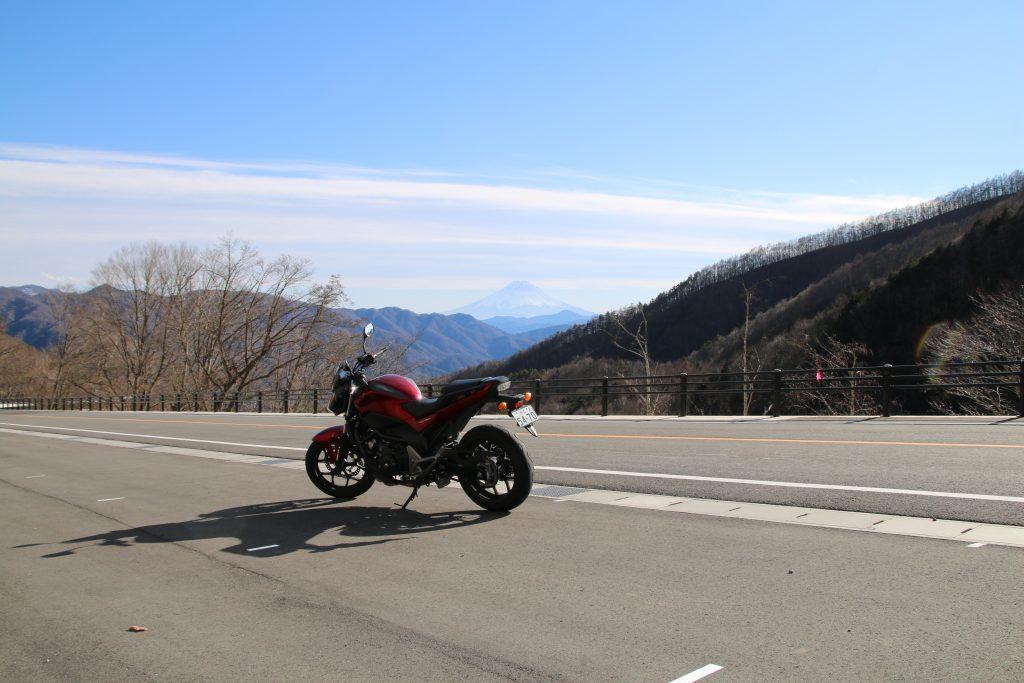 大菩薩ラインから富士山をバックにNC750S(2021年2月)