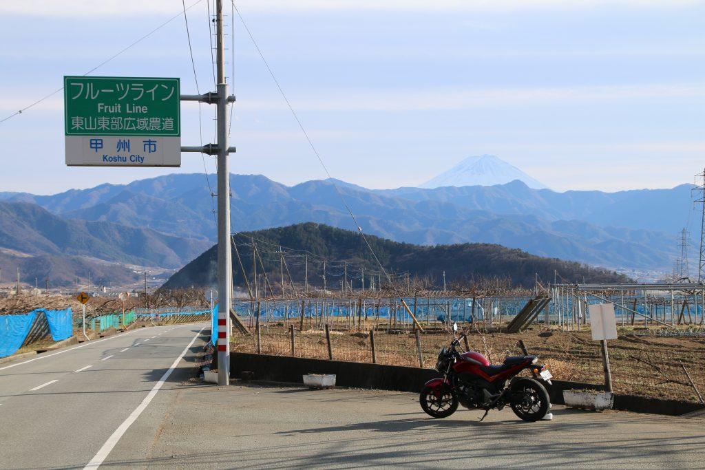 フルーツラインで富士山をバックにNC750S(2021年2月)