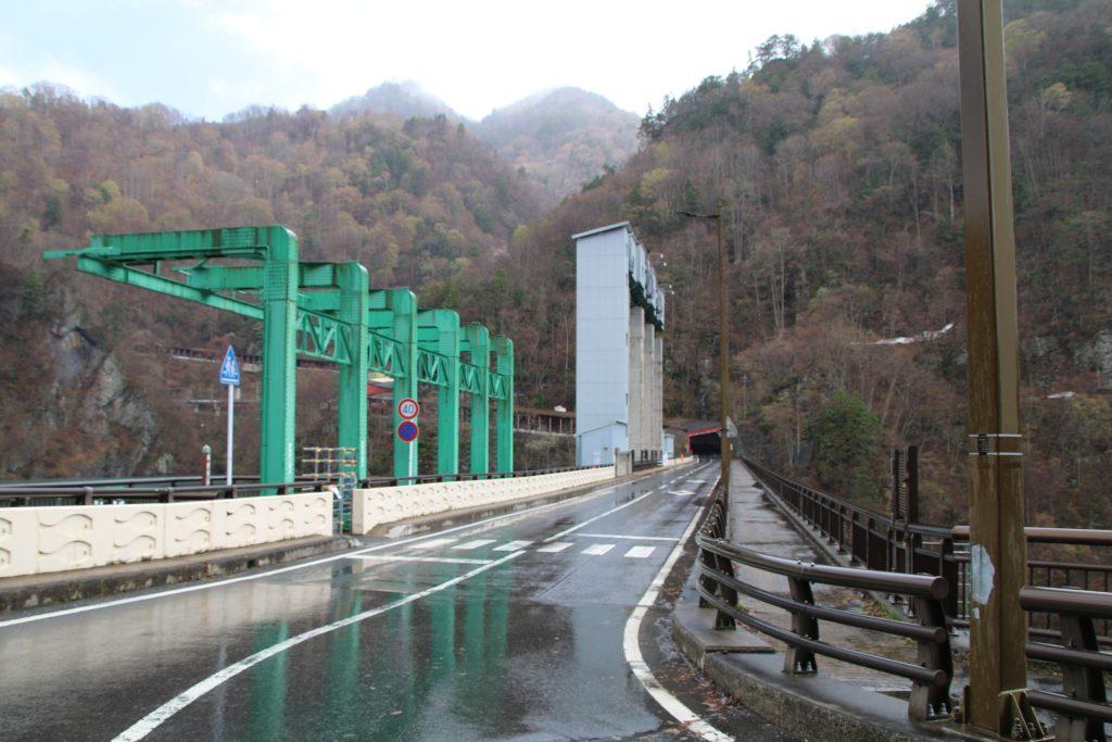藤原ダムの天端を通る県道63号線(2021年4月)