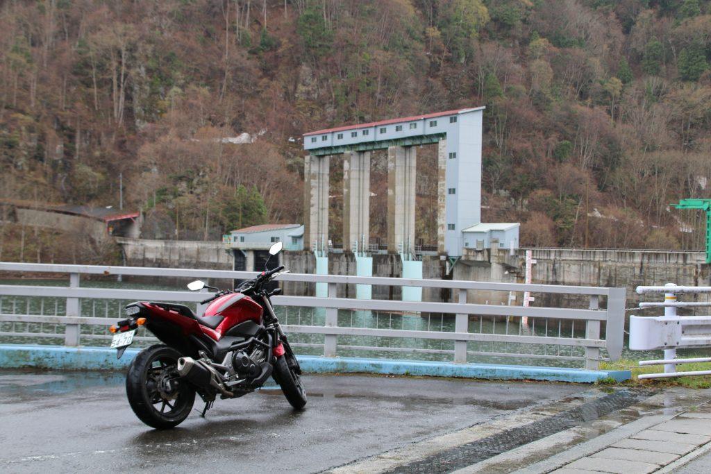 藤原ダムのゲートとNC750S(2021年4月)