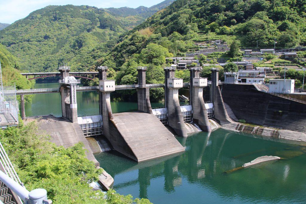 筏津ダムを国道33号から望む(2021年5月)