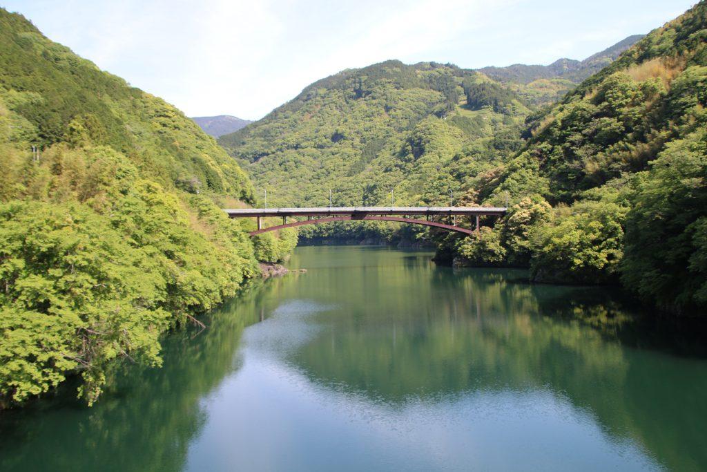 筏津ダムから筏津大橋を望む(2021年5月)