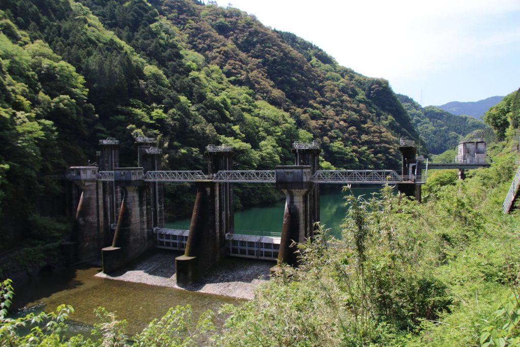 国道33号線から加枝ダムを望む(2021年5月)