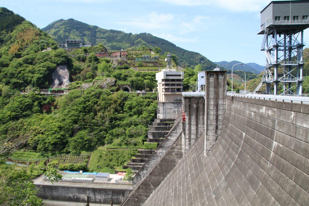 ダム堤体を左岸側から(2021年5月)