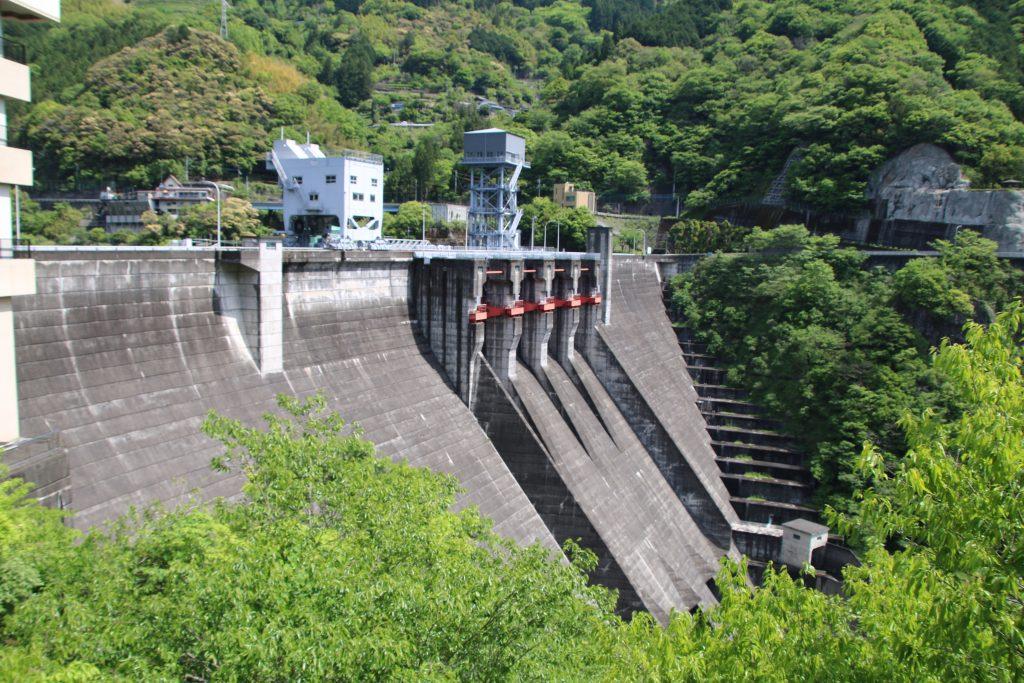 大渡ダム堤体を右岸から望む(2021年5月)
