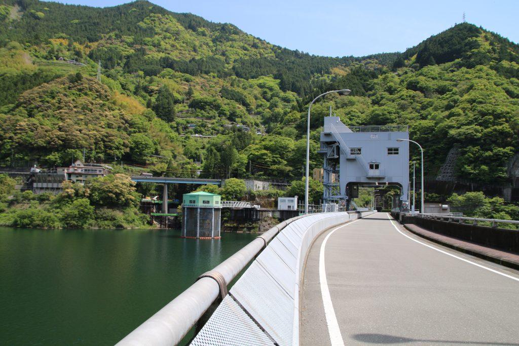 大渡ダム天端とガントリークレーン(2021年5月)