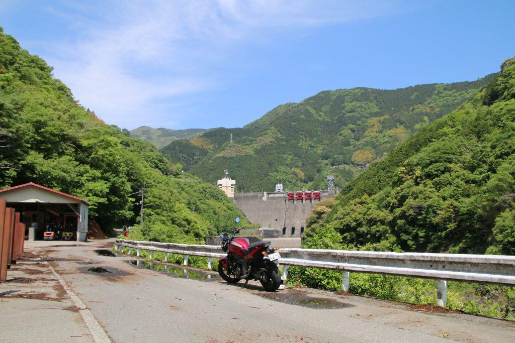 NC750Sと遠景に大渡ダム(2021年5月)
