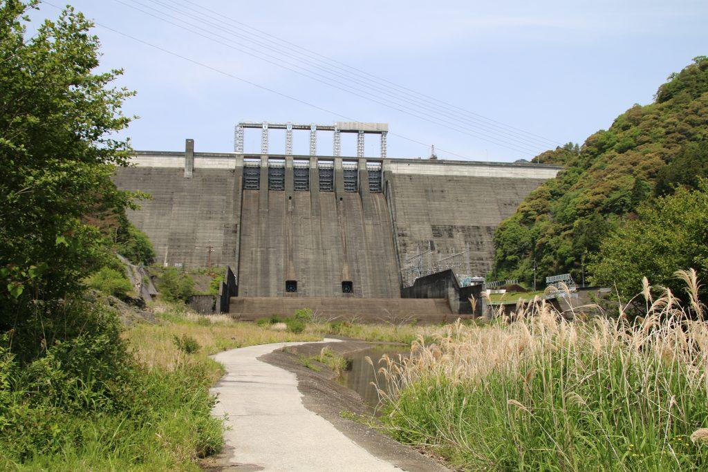 早明浦ダム堤体に続く小路(2021年5月)